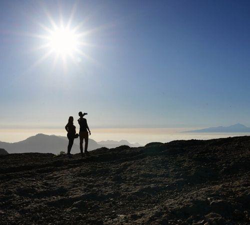 Pareja mirando el horizonte durante escapada romántica en España