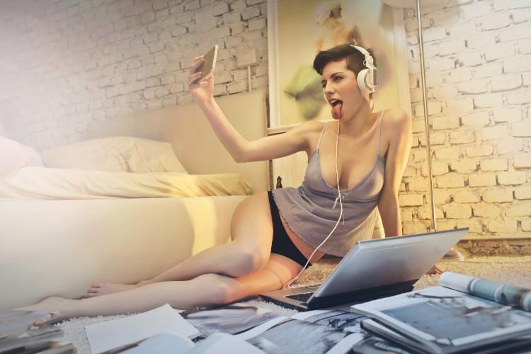 Tener una aventura usando líneas telefónicas eróticas